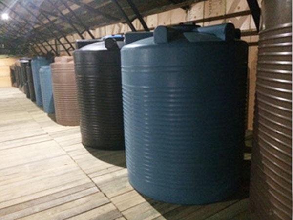 Большие пластиковые емкости вертикальные и цилиндрические