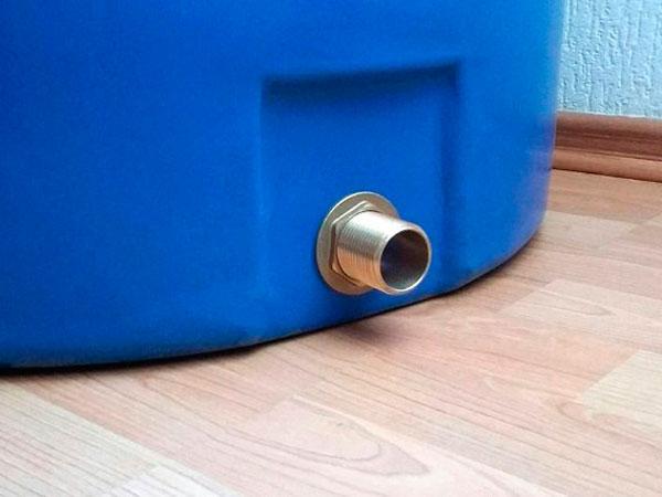 Какой отвод из пластиковой емкости лучше, пластик или латунь?