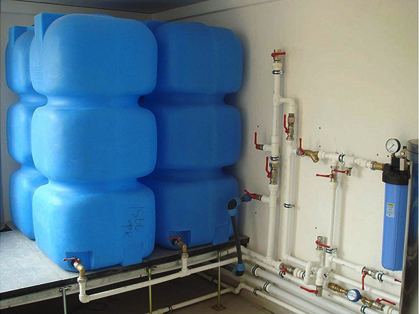 Практичные пластиковые емкости для воды